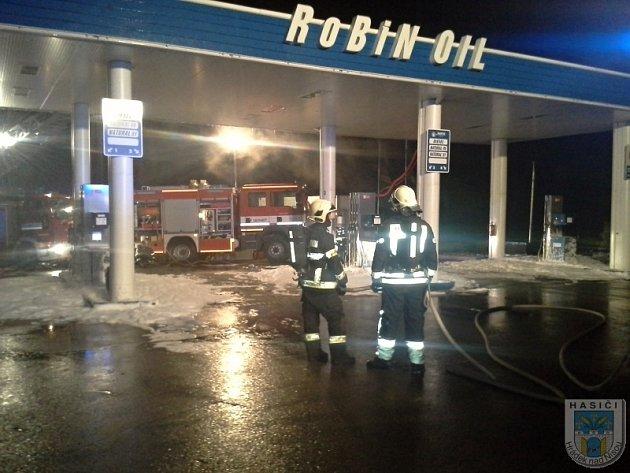 K požáru střechy čerpací stanice v Jítravě na Liberecku vyjelo osm hasičských jednotek.