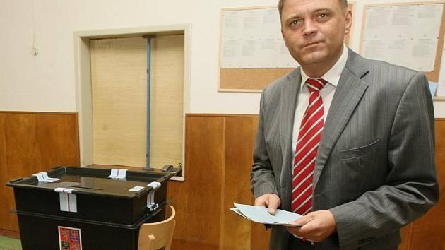 Člen vedení liberecké ČSSD Robert Dušek také v pátek vhodil svůj hlas do urny.