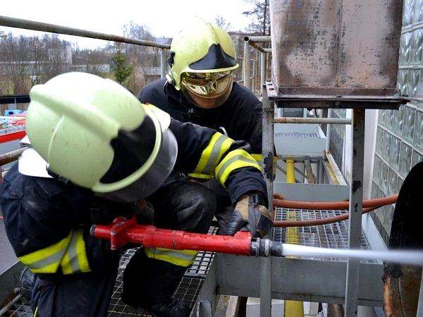 Upožáru odsávacího potrubí vprůmyslovém objektu zasahovalo pět hasičských jednotek. Na třicet lidí bylo zhaly evakuováno.