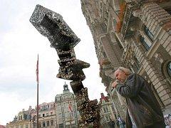PŘED RADNICÍ ZASE ZVONÍ KLÍČE. Svazky dohromady 82 tisíc klíčů cinkají nyní před radnicí. Ale nedrží je v ruce naštvaní lidé, jako před dvaadvaceti lety. Zvoní socha, z klíčů sestavená. Na snímku v popředí autor skulptury, sochař Jiří David.