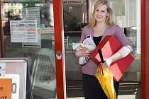 """ZTRÁTY A NÁLEZY. Zapomenuté věci z autobusů a tramvají lidé a řidiči přinášejí do informačního centra v terminálu DPMLJ. """"Nejčastěji tu končí deštníky,"""" říká pracovnice DP Lucie Svitáková."""