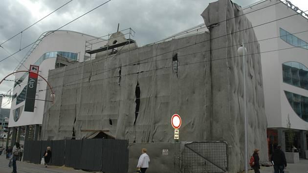 STÁLE ZAHALEN. Klasicistní dům U Zeleného stromu se stále opravuje. Názory na průběh rekonstrukce se různí.