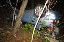 Vysoká rychlost se seniorovi vymstila, s autem sjel ze srázu.