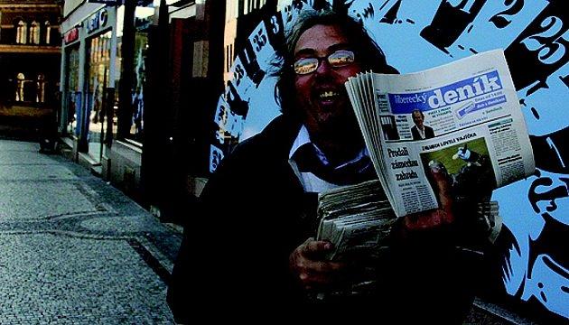 Kamelot. Noviny prodává zlásky k lidem.