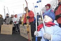 Během světového šampionátu v lyžařském areálu Vesec v Liberci mohla lyžařská elita světa sledovat demonstraci ochránců přírody, odpůrců dovážení sněhu z Jizerských hor a Strany zelených.
