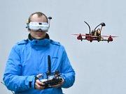 """NA UNIVERZITĚ SOUPEŘILY DRONY. Uprostřed kampusu včera vznikla závodní dráha, na které si své schopnosti vyzkoušeli piloti těchto technických """"hračiček""""."""