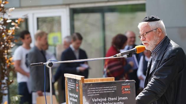 Čtení jmen k uctění památky obětí holokaustu před libereckou knihovnou