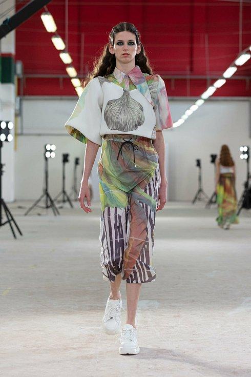 Kateřina Klozová předvedla oděvní kolekci inspirovanou harmonickou chutí a tvaroslovím česneku, s aplikovanými autorskými dezény. Autorem šperku je Jan Čihák.