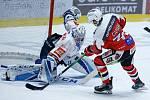 Hokejové utkání Tipsport extraligy v ledním hokeji mezi HC Dynamo Pardubice (v červenobílém) a HC Bílí Tygři Liberec ( v bíločernémv pardudubické enterie areně.