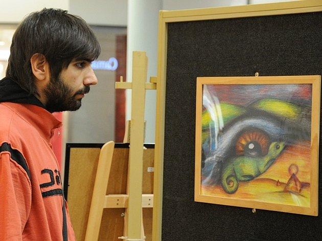 Ve výtvarnou galerii proměnily pasáž Obchodního centra Forum děti z výtvarného ateliéru Vohryzek při ZŠ Aloisina Výšina.