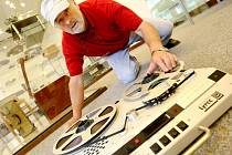 Hlavní autor výstavy Magnetofony: když pásky objímaly svět,  Václav Hlaváč, představuje v muzeu nejlepší kousky ze své obsáhlé sbírky. Některé magnetofony, které na výstavě lidé uvidí, jsou raritou. Například Crown z konce 50. let.
