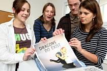 Čtveřice studentů libereckého Gymnázia F. X. Šaldy ve složení (zleva) Michaela Koldová, Tereza Banýrová, Radek Hosenseidl a Veronika Němcová předvádějí svůj plakát.