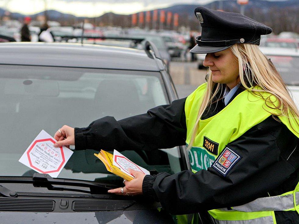 LETÁKY S RADAMI jak zabezpečit auto a nedat zlodějům šanci, rozdávali liberečtí policisté před OC Globus.