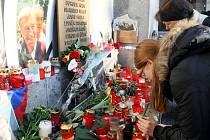 Svíčky a květiny u libereckého pomníku obětem srpna 1968 se už dají počítat na stovky.