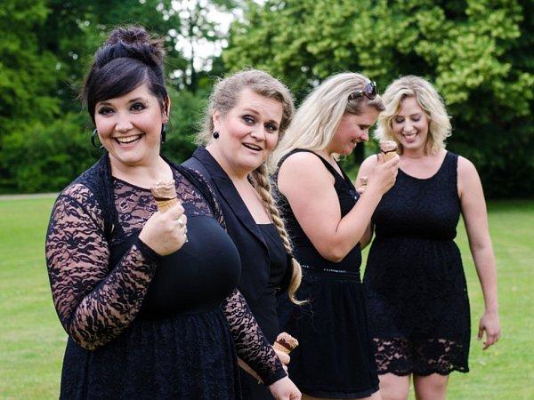 VBIG'O'BANDU Marka Ottla zpívají čtyři zpěvačky.
