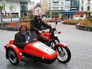 Před čtyřmi lety vedli Starostové Jan Farský a Václav Horáček kampaň společně. Teď poveze na motorce štafetu Starostů, kteří opustili koalici s TOP 09 a nově vsadili na lidovce už jen Jan Farský.