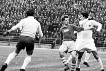 LADISLAV PŘÁDA v tmavém dresu před brankou Green Gross Chile v utkání na stadionu Jana Švermy  v Brně v březnu 1956.