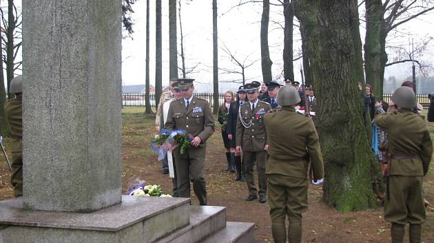 DEN VETERÁNŮ začal na dlouho opomíjeném vojenském hřbitově v Ostašově. Leží tam 713 vojáků.