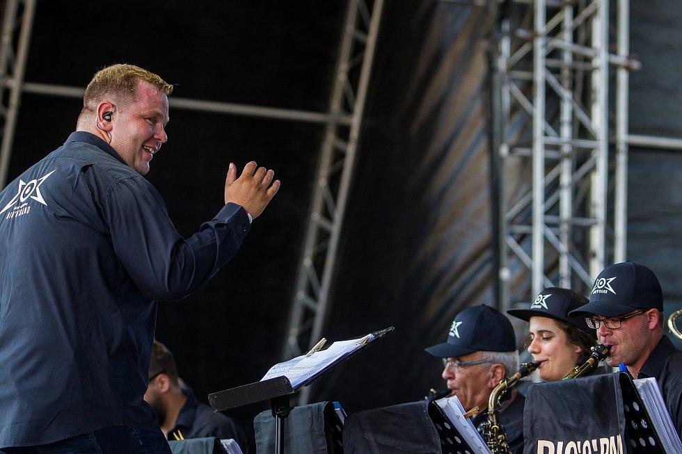 Ve sportovním areálu Vesec v Liberci začal 26. července 26. ročník hudebního festivalu Benátská! Na snímku vlevo je Marek Ottl při vystoupení kapely Big'O'Band.