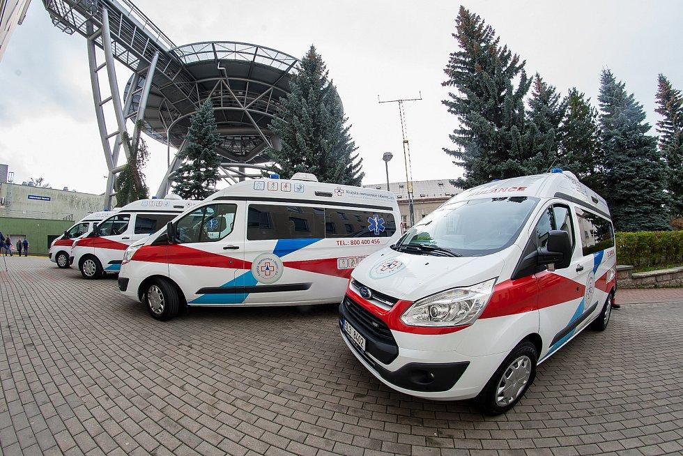Obnova vozového parku Krajské nemocnice Liberec pokračovala 12. října předáním čtyř nových sanitních vozů značky Ford.