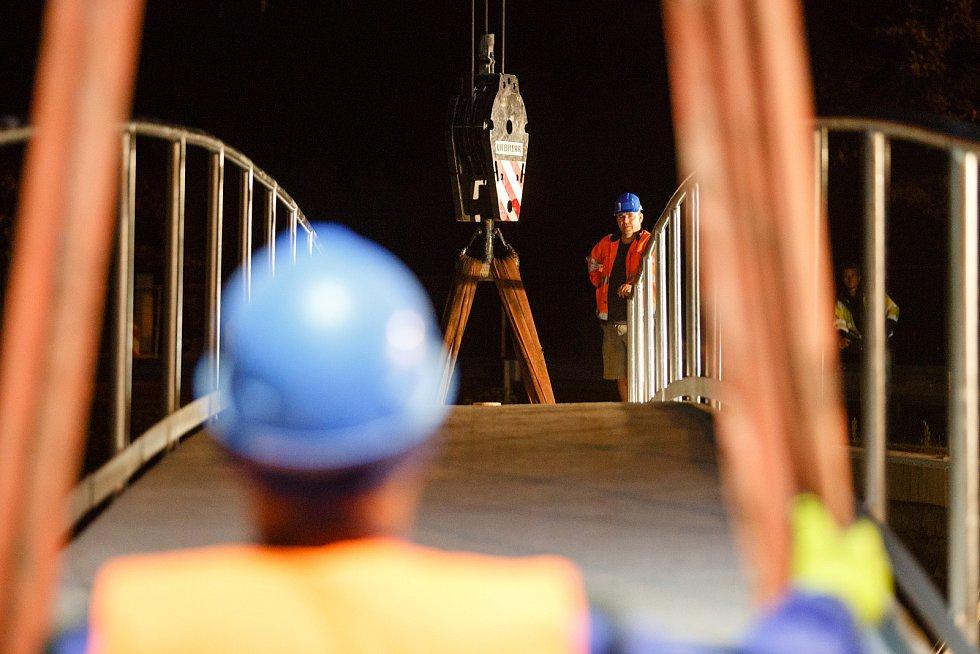 Dělníci usadili lávku na betonové pilíře v Rudolfově v Liberci.  Lávka je dlouhá 21,5 metru a široká, 1,9 metru. Bude sloužit pro pěší.