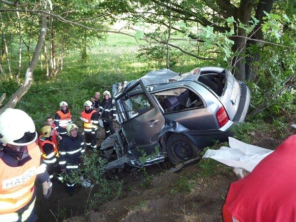 Tragická dopravní nehoda vDoníně. Zemřeli mladí lidé.