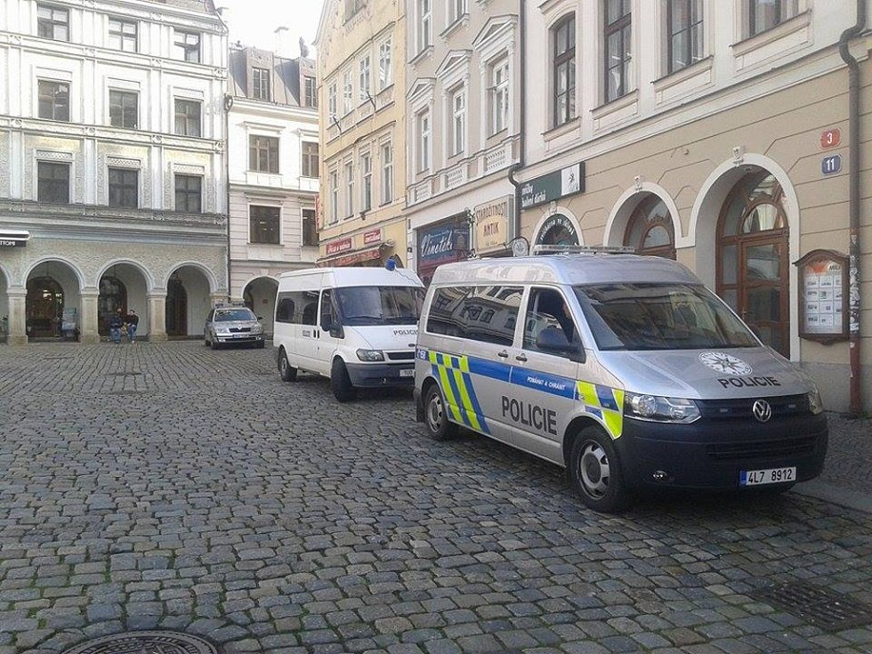 Na pořádek dohlížejí policisté.