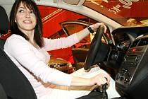 V libereckém Domě kultury začal 19. Liberecký autosalon. Expozice je poznamenaná současnou ekonomickou krizí a vystaveno je nejméně vozů za celou existenci salonu. Martina Fleková tady nabízí a předvádí italskou klasiku Fiat.