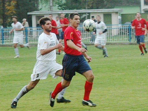 Hejnice však proti domácím neuspěly a prohrály 0:2. Na snímku v tmavém (vpravo) hejnický David Smola, kterého stíhá Kadlec.