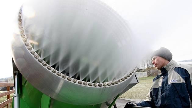 Zasněžovací děla v běžeckém areálu ve Vesci.