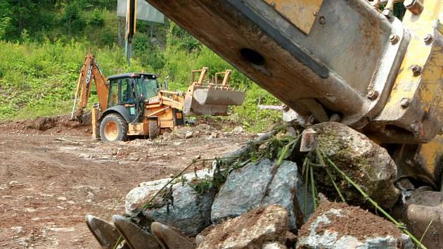 STAVBAŘI SPRAVUJÍ KORYTA POTOKŮ. Stavbaři firmy Brex v díře, která zbyla po Textilaně, začali upravovat koryta potoků, jež tu tečou. Připravují tak půdu pro rozšíření tramvajové trati do Rochlice.