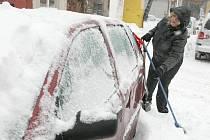 PŘÍVALY SNĚHU OPĚT KOMPLIKOVALY ŽIVOT řidičům i chodcům. Během dne se odehrálo více než deset nehod. Chodci padali do měkkého sněhu, kterého připadlo přes deset centimetrů.