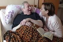 Pečují o potřebné. Sociální pracovníci se starají například o seniory. Kraj teď řeší, kde vezme peníze na vládou schválené zvýšení jejich platů. Ilustrační