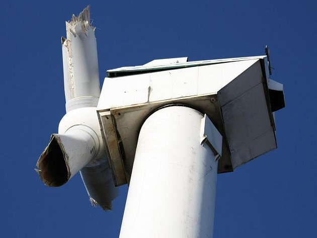 NEHODA. Jedna z šesti věží už elektřinu nevyrábí. Ve výřezu detail zničeného rotoru.