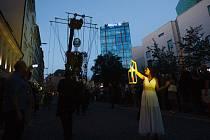 Kráčející obří loutka rytíře došla před libereckou radnici, kde se proměnila v anděla v rámci festivalu Mateřinka.