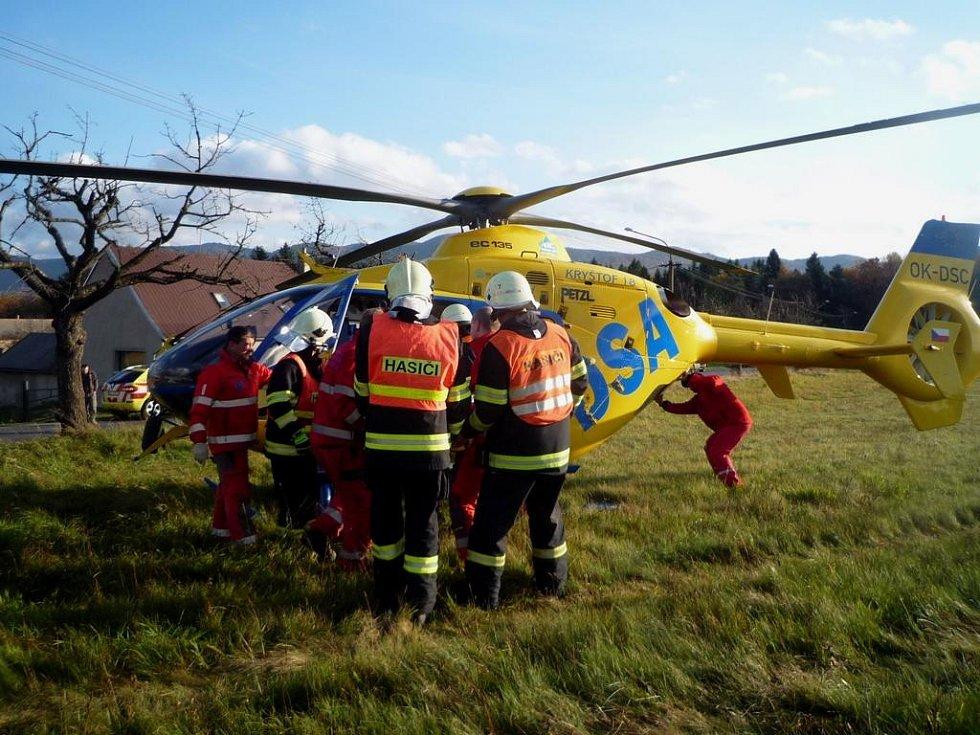 Dopravní nehoda v Raspenavě na Liberecku. Hyundai i30 narazil do stromu.