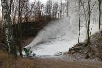 Počátky zasněžování veseckého areálu 18. listopadu 2008.