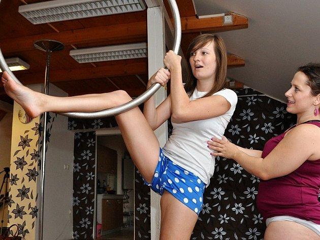 POLE DANCE. Na tyči posilujete vlastní vahou těla.