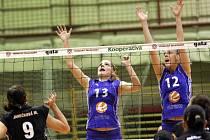 KAM SPADNE MÍČ? Na to dohlížejí liberecké hráčky Michaela Rašková (č. 13) a Lucie Veselá na vzdálenější straně sítě, stejně jako soupeřky Markéta Janečková (9) a Veronika Mátlová.