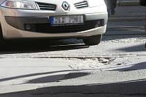 SILNICE JSOU PLNÉ NÁSTRAH. Pokud nemá řidič oči na šťopkách, může si poškodit na silnicích, poničených zimou, auto.