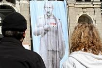 Plátno s Putinem v diktátorské podobě na liberecké radnici