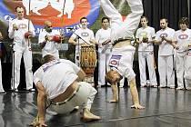 VE VRATISLAVICÍCH SOUTĚŽILI NEJLEPŠÍ HRÁČI CAPOEIRY. Za zvuku netradičních nástrojů soutěží proti sobě závodníci capoeiry. Ve Vratislavicích to bylo první ME.