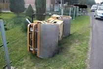 Převrácený stroj. Řidič měl tři promile