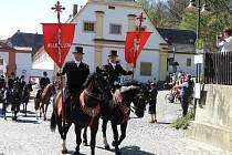 Tradiční jízdy po lužických vsích se účastní desítky jezdců na koních. Podívanou si nenechají ujít stovky lidí.