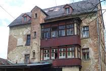 O TYTO DOMY vedou památkáři spor s městem. I když jsou v zchátralém stavu, reprezentují nejstarší zástavbu v této části města.