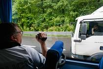 Policejní měření a sledování přestupků za volantem na silnicích v Libereckém kraji s využitím policejního autobusu.