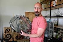 Ricardo Hoineff, který v současné době žije a tvoří na Slunečné, kousek od Nového Boru.