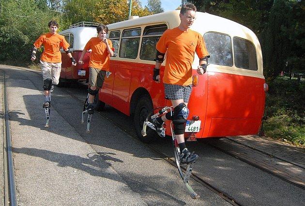 """Sledují  jízdu historických autobusů v Liberci tzv. """"péráci"""". S pomůckami na nohou se bez problémů a rychle přesunovali od atrakce k atrakci po celém městě."""