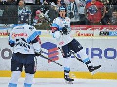 Utkání 24. kola hokejové extraligy: Bílí Tygři Liberec - HC Kometa Brno, 2. prosince 2018 v Liberci. Taylor Doherty z Liberce se raduje z gólu. Vlevo je Tyler Redenbach z Liberce.