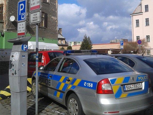 Policisté parkují. Placené parkoviště v Mariánské ulici poskytuje jen několik míst k parkování.